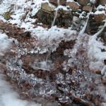 Auf dem Hajk gab es allerhand zu entdecken. Wir sind zum Beispiel an dieser halb zugefrohrenen Wasserstelle vorbeigelaufen, bei der das Eis die interessante Formen angenommen hat.