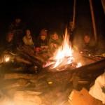 Nach der Rückkehr vom Hajk konnten wir uns zum Glück am Feuer aufwärmen.